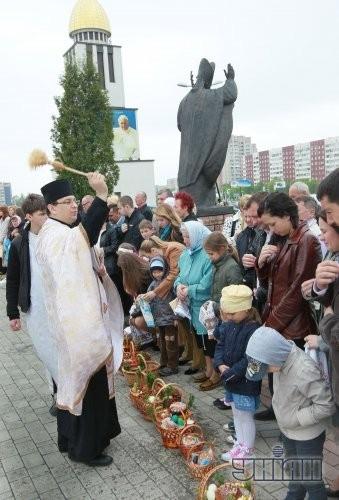 Священник освящает пасхальные корзины возле львовской церкви Рождества Пресвятой Богородицы (УГКЦ)