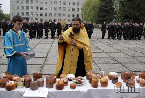 Священнослужитель освящает пасхальные куличи по случаю празднования Воскресения Христово на территории Галицкого соединения внутренних войск МВД Украины во Львове