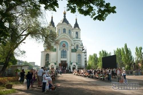 Верующие перед началом церемонии освящения пасхальных корзин по случаю празднования Светлого Христова Воскресения в Запорожье