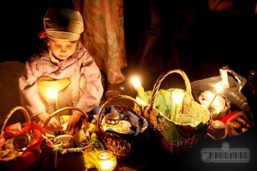 Девочка во время освящения пасхальных корзин по случаю празднования Светлого Христова Воскресения в Киеве