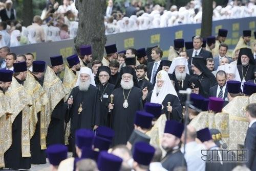 Глава русской православной церкви, Патриарх Московский и всея Руси Кирилл, первый справа на переднем плане, во время молебна