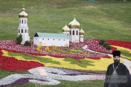 Выставка цветочных композиций, приуроченная к 1025-летию крещения Киевской Руси. Собор.