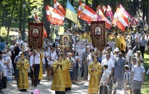 Участники Крестного хода к памятнику князю Владимиру по случаю 1025-летия Крещения Киевской Руси