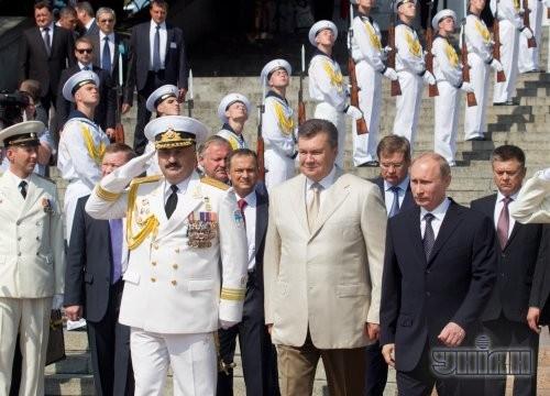 Слева направо: командующий ВМС ВС Украины вице-адмирал Юрий Ильин, Президент Украины Виктор Янукович, президент Российской Федерации Владимир Путин
