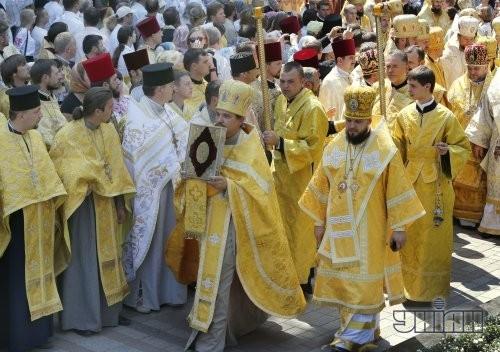 Участники молебна возле памятника Владимиру