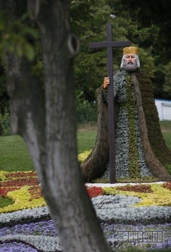 Выставка цветочных композиций, приуроченная к 1025-летию крещения Киевской Руси. Владимир Великий