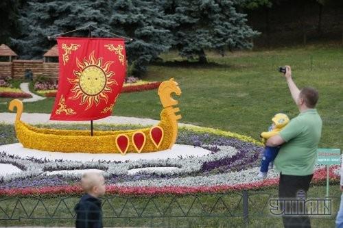 Выставка цветочных композиций, приуроченная к 1025-летию крещения Киевской Руси. Ладья