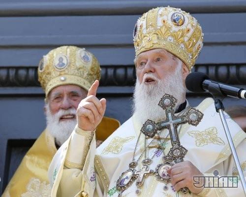Патриарх Киевский и всея Руси-Украины УПЦ КП Филарет, справа, во время молебна возле памятника Владимиру