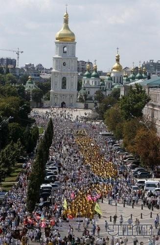 Участники Крестного хода к памятнику Святому равноапостольному князю Владимиру