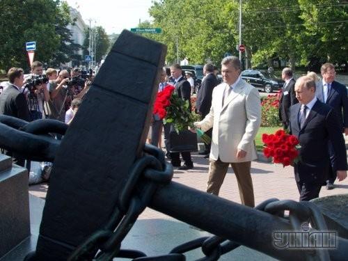 Президент Украины Виктор Янукович и президент Российской Федерации Владимир Путин во время возложения цветов к памятнику адмиралу Нахимову