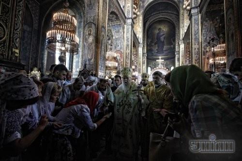 Патриарх Киевский и всея Руси-Украины УПЦ КП Филарет, в центре, во время божественной литургии