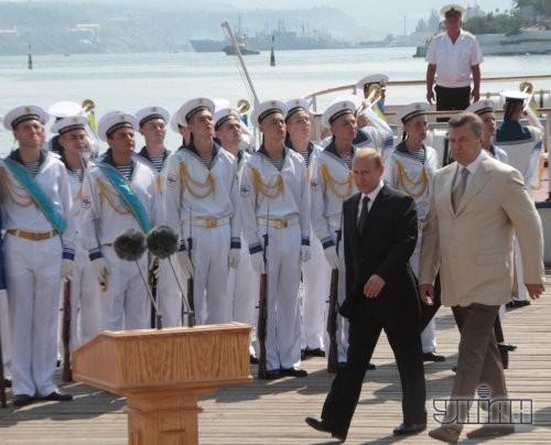 Президент Украины Виктор Янукович, справа, и президент Российской Федерации Владимир Путин