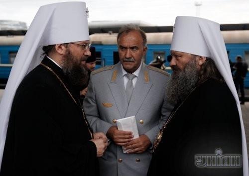 Настоятель Киево-Печерской Лавры Архиепископ Павел, справа, на Центральном железнодорожном вокзале