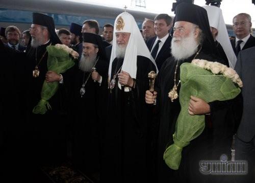 Глава русской православной церкви, Патриарх Московский и всея Руси Кирилл, в центре, на Центральном железнодорожном вокзале, в Киеве