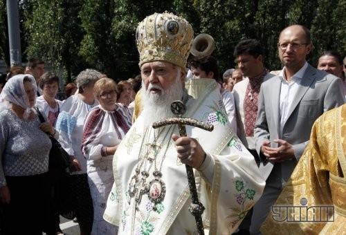 Патриарх Киевский и всея Руси-Украины УПЦ КП Филарет, в центре, во время молебна