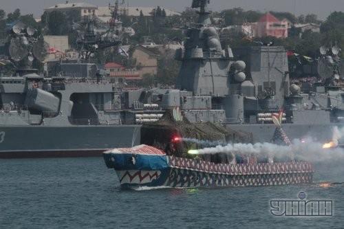 Корабль на параде во время Дня флота
