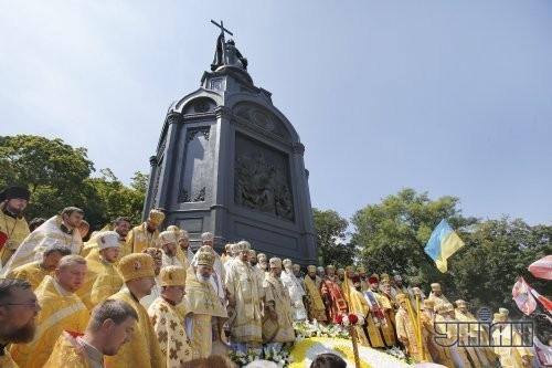Паломники около памятника Владимиру Великому