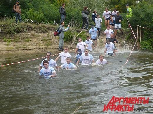 Девушки форсировали озеро наравне с парнями