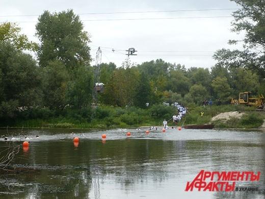 На гонке по выживанию участники форсировали озеро