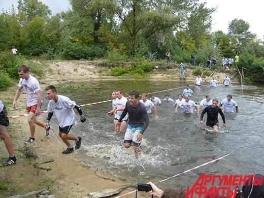 После заплыва участники старались быстро выбегать из воды