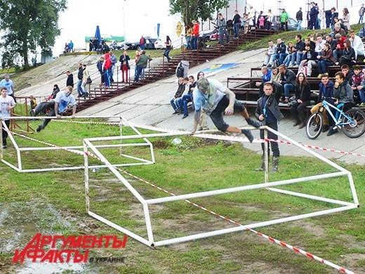 Перед финишем экстремалы практиковались в прыжках