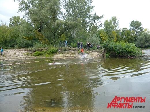 Одни из первых экстремалов смело вбегали в воду