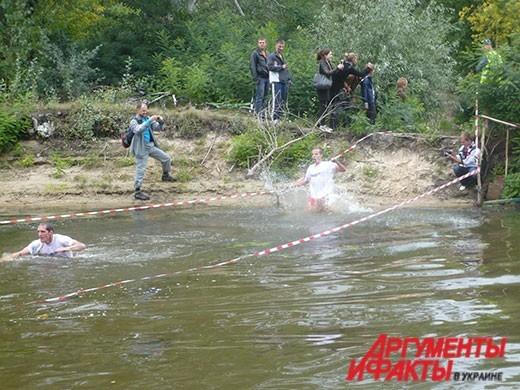 Плыть в воде участникам мешали футболки и кроссовки