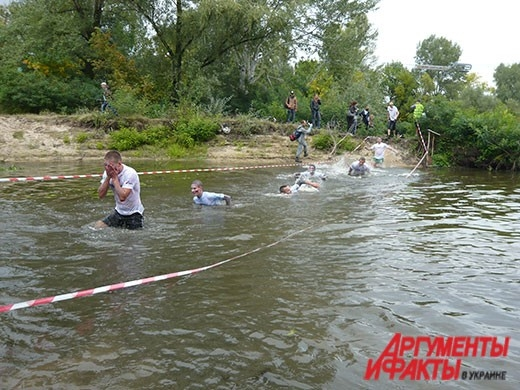 Участники спешили поскорее выбраться из холодной воды