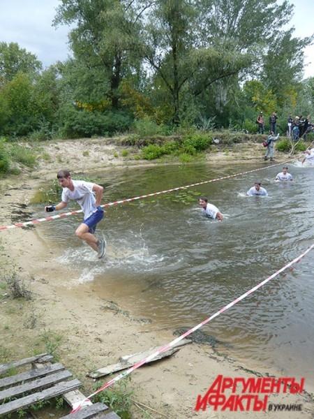 Марафонцы проплыли около 80 метров водной преграды