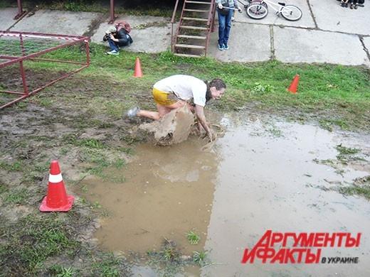 Участница гонок на выживание подскользнулась  в луже несколько раз