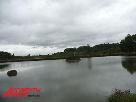Посреди острова на озере, на берегу которого стоит монастырь, монахи установили православный крест.