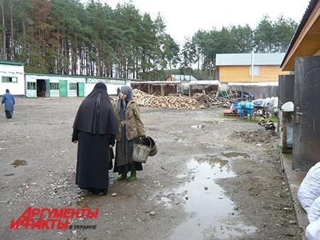Хоть работы и много, монахини находят время и поговорить.