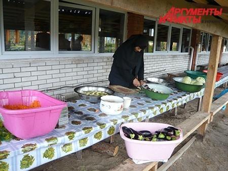 У каждой сестры в монастыре – свое послушание (то есть, обязанность): кто-то работает во дворе, кто-то собирает грибы, кто-то трудится на кухне.