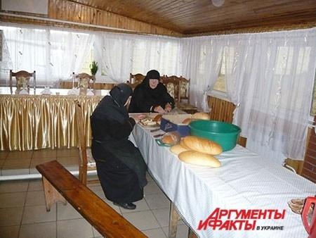 Монахи готовят на кухне, как и обычные домохозяйки.