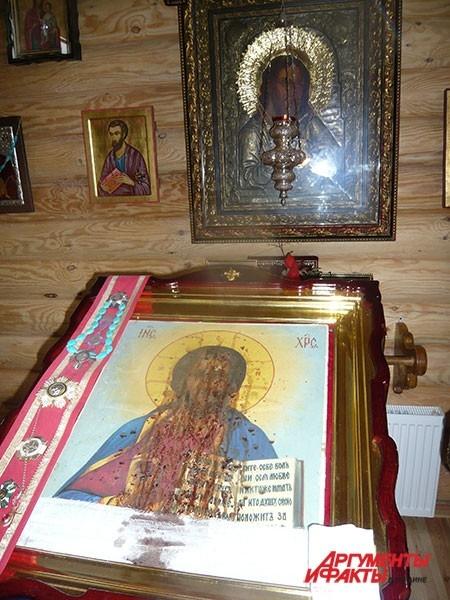Кровоточивая Чудотворная икона Спасителя – святыня монастыря. Насельницы рассказывают: кровь, проступающую из иконы, брали на лабораторный анализ. Оказалось, она четвертой группы – считается, что именно такая была и у Иисуса Христа.