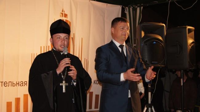 Фонтан открывают глава администрации города Николай Алашеев и секретарь Смоленской епархии иеромонах Серафим (Амельченков)