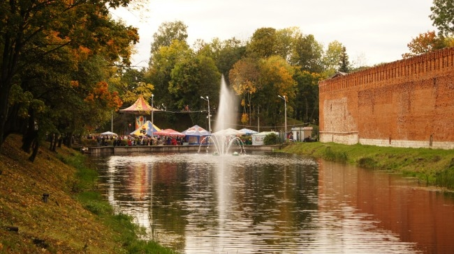 Плавающий фонтана в пруду