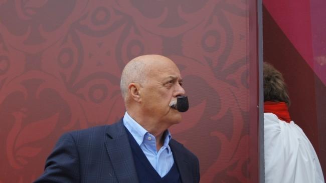 Станислав Говорухин курит трубку