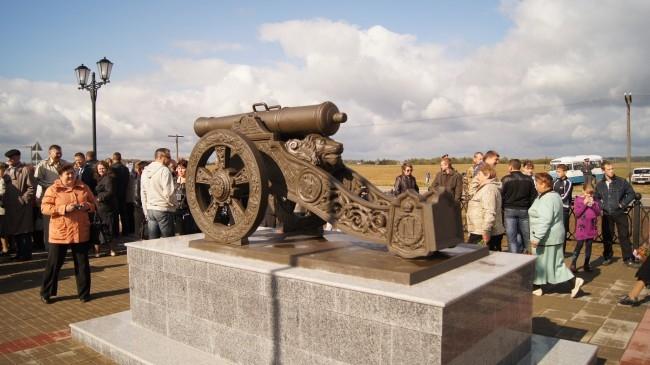 Около памятника установили пару пушек, точные копии тех, которые применялись 200 лет назад