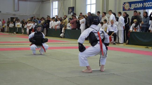 Традиционная стойка спортсменов перед началом боя
