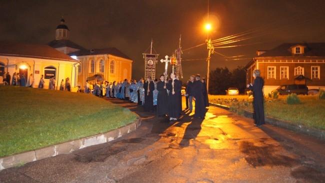 Крестный ход покидает соборный двор