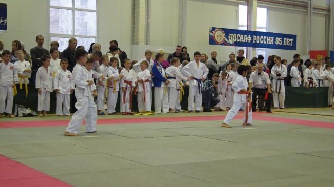 Самые маленькие участники соревнований исполняют ката, формальные комплексы упражнений