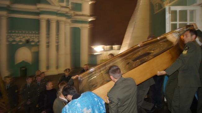 Икону на руках выносили из собора курсанты военного училища