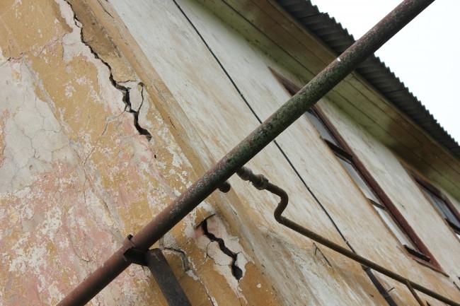Целые семьи живут в разваливающихся строениях барачного типа без водопровода, канализации и отопления.
