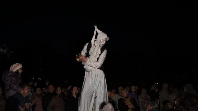 Этот необычный персонаж развлекал смолян перед открытием фонтана