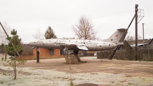 Самолет-памятник на центральной площади Высокого у автобусной остановки