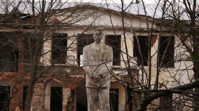 В Советское время здесь непонятно откуда появился памятник Максиму Горькому