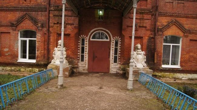 В одном из старых зданий располагается местный техникум, вход в который охраняют два льва