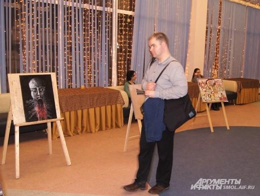Гости фестиваля осматривают выставку