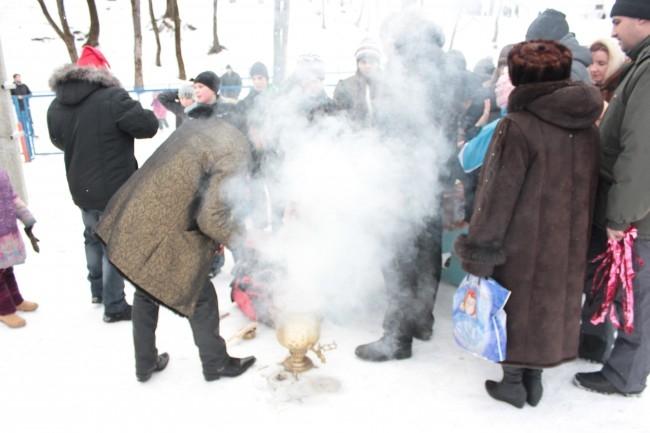 Смолянам показали ледовое шоу и напоили цыганским чаем